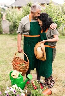Senior pareja cuidando las flores