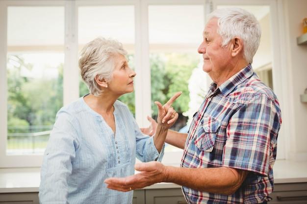 Senior pareja discutiendo entre sí en casa