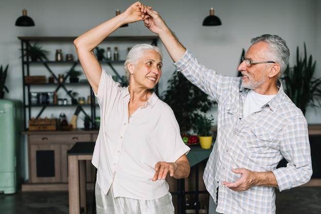 Senior pareja disfrutando bailando en la casa
