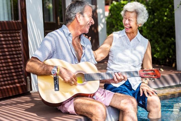 Senior pareja disfrutando de sus vacaciones