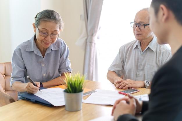 Senior pareja haciendo contrato de seguro de salud.