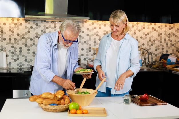 Senior pareja hombre y mujer cocinando en cocina feliz estado de ánimo