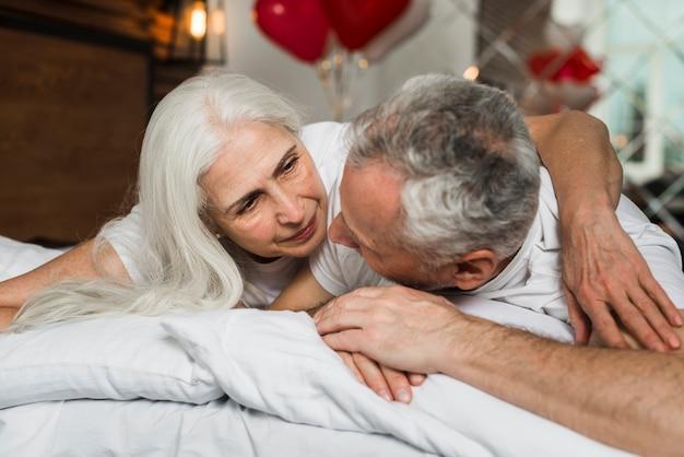 Senior pareja mirando el uno al otro
