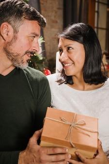 Senior pareja mirando con amor el uno al otro
