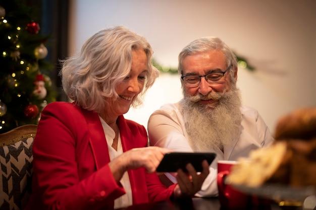Senior pareja preparándose para navidad