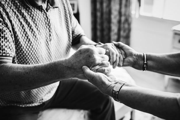 Senior pareja tomados de la mano juntos