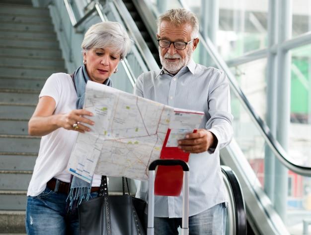 Senior pareja viajando por la ciudad
