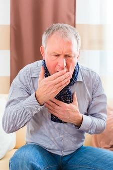 Senior tosiendo y teniendo gripe