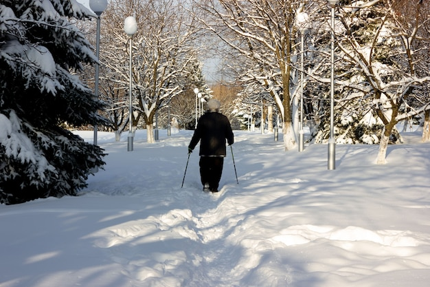 Seniour caminando en winter park