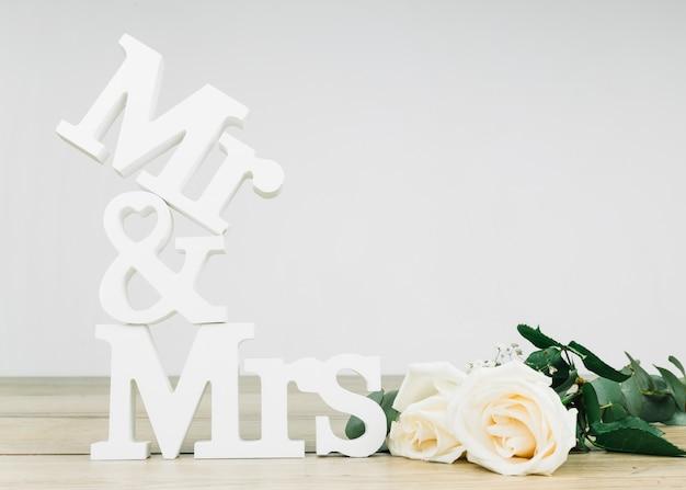 Señor y señora con rosas blancas