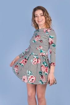 155848dc0f Señora apasionada positiva en vestido hermoso