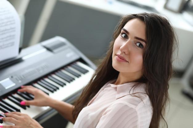 Señora atractiva tocando el piano
