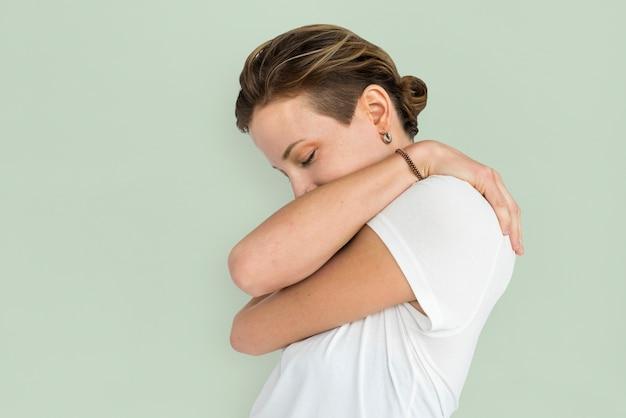 Señora caucásica concepto de abrazo solitario