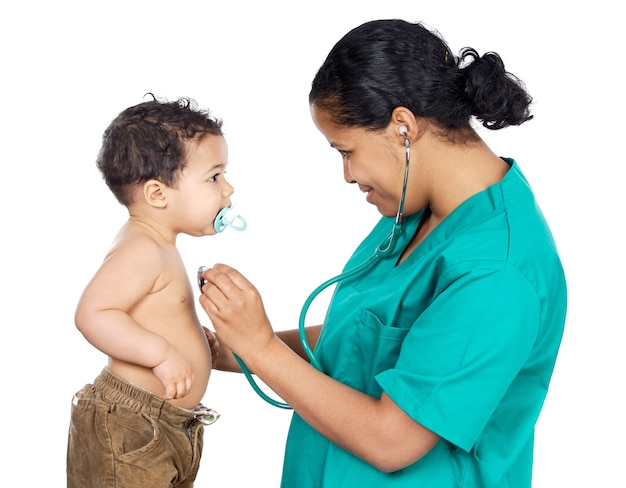 Señora doctor con un bebé sobre fondo blanco