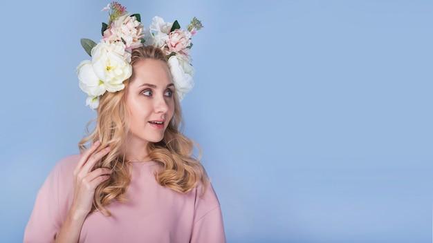 Señora emocionada con flores en la cabeza