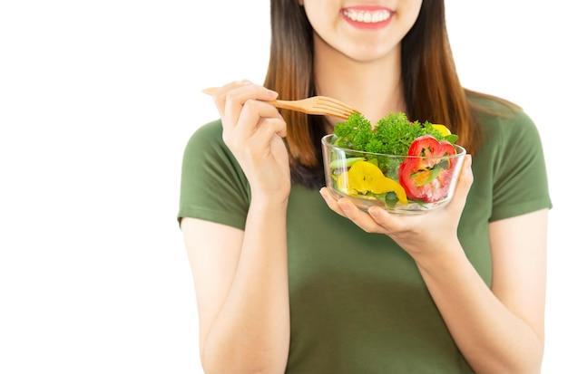 Señora feliz disfruta comiendo ensalada de verduras