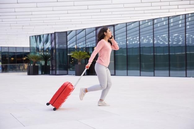 Señora joven que llega tarde para abordar el avión