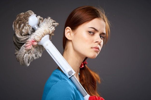 Señora de la limpieza profesional con un servicio de fregona en la mano