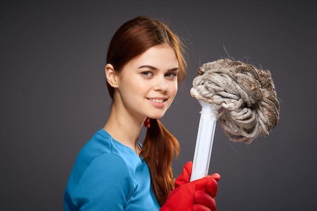 Señora de la limpieza que se sostiene en el estilo de vida de las tareas del hogar de la limpieza del servicio de las manos.