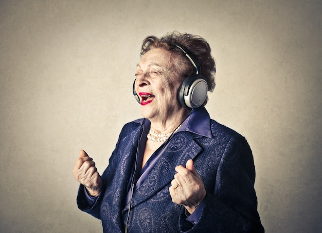 Señora mayor escuchando musica