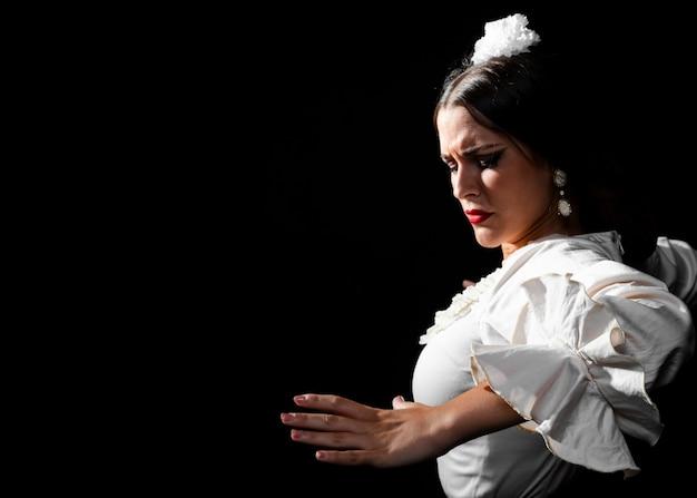 Señora mirando hacia abajo realizando baile flamenco