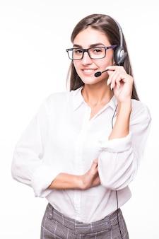 Señora muy sonriente en gafas transparentes, amplia sonrisa, camisa blanca con auriculares aislados en blanco