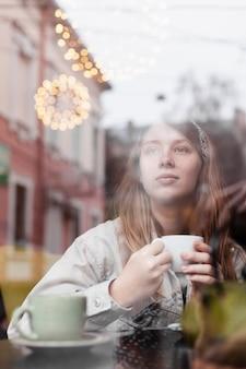 Señora natural con café