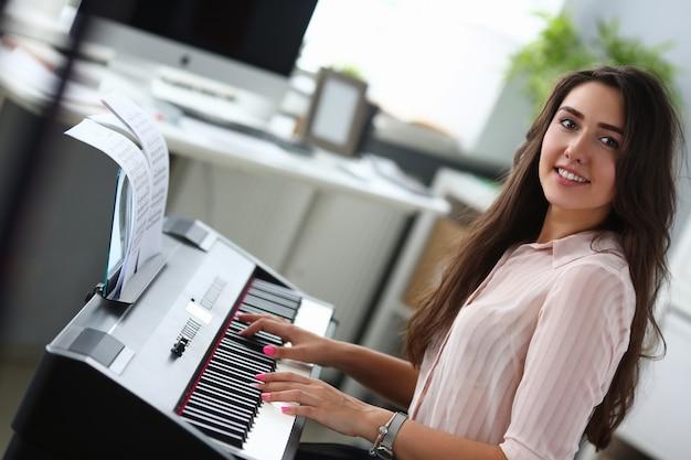 Señora perfecta componiendo música