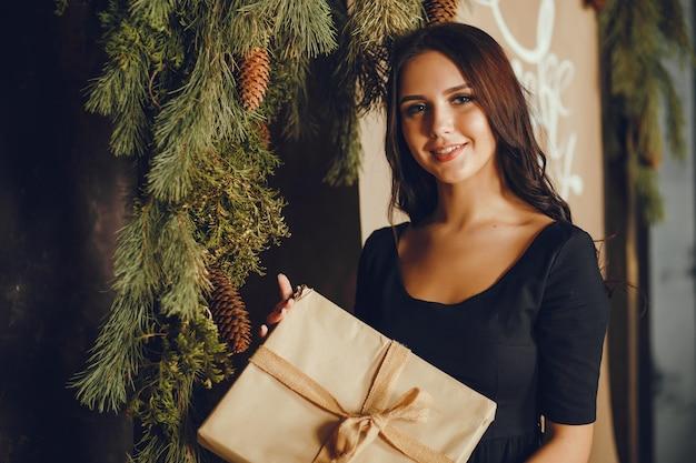 Señora con un regalo.