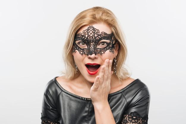 Señora rubia joven asombrosa en máscara