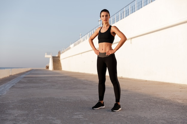 Señora seria fitness con hermoso cuerpo sano