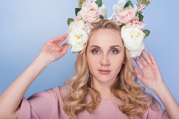 Señora seria con flores en la cabeza