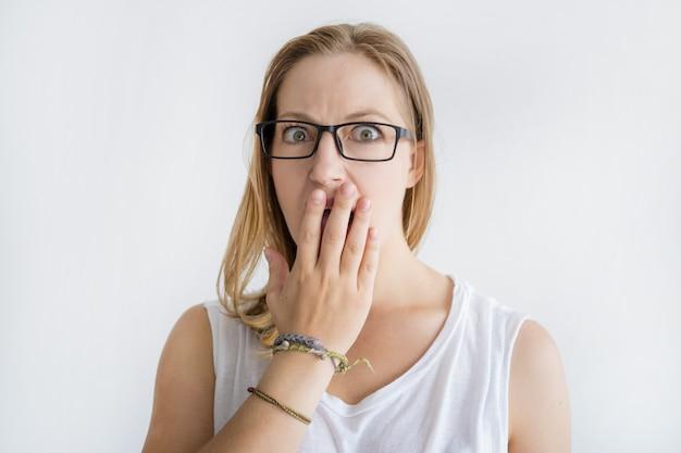 Señora sorprendida que cubre la boca con la mano