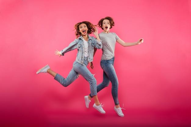 Señoras emocionales amigos saltando aislado