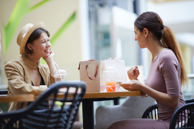 Señoras felices discutiendo ventas