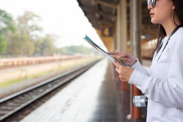 Señoras felices viajando en la estación de tren concepto de turismo