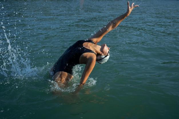 Señorita activa disfrutando de la natación