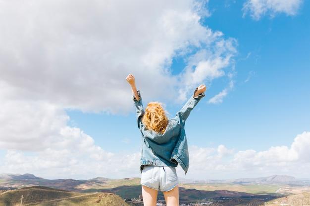 Sensación de mujer libre en la cima de la colina.
