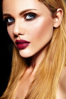 Sensual glamour retrato de hermosa mujer rubia modelo dama con maquillaje diario fresco con labios rojos y piel limpia y saludable