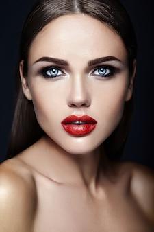 Sensual glamour retrato de mujer hermosa modelo dama con maquillaje diario fresco con color de labios rojos y cara de piel limpia y sana