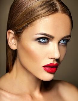Sensual glamour retrato de mujer hermosa modelo dama con maquillaje diario fresco con color rojo de labios y piel limpia y sana