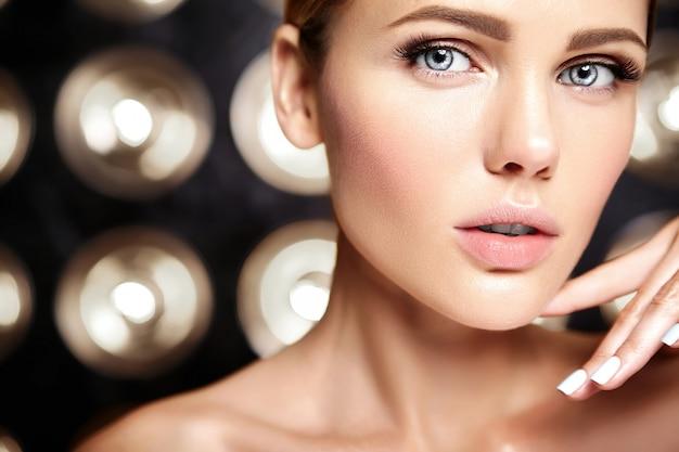 Sensual glamour retrato de mujer hermosa modelo sin maquillaje y piel limpia y sana en negro