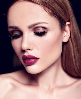 Sensual glamour retrato de mujer hermosa rubia modelo dama con maquillaje diario fresco con color de labios desnudos y piel limpia y sana.