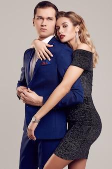 Sensual hermosa joven pareja vestida con ropa formal