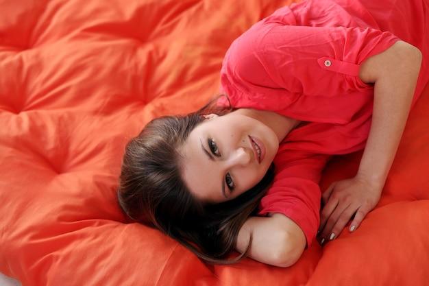 Sensual joven soñando en una manta