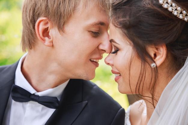 Sensual retrato de una joven pareja en el parque. foto de boda al aire libre