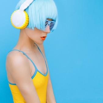 Sensuales dj-lady en estilo auriculares escuchando música
