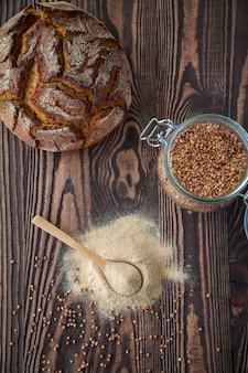 Sentar planas con harina de trigo sarraceno y pan sobre una madera