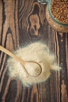 Sentar planas con harina de trigo sarraceno sobre una madera.