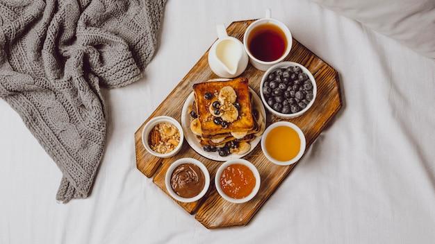 Sentar planas de tostadas de desayuno con arándanos y plátano